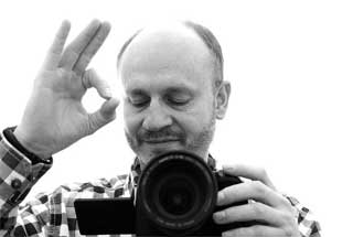 Fotograf mit Kamera und Objektiv